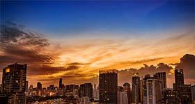 Stadslandschap met hoge gebouwen bij ondergaande zon - Reditus Advies werkgevers